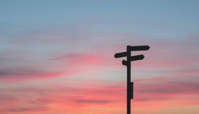 Una señalética apuntando a diferentes caminos